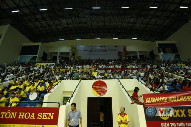 VTV Cup 2019: Bất chấp mưa lớn, người hâm mộ vẫn lấp kín nhà thi đấu tỉnh Quảng Nam - Ảnh 14.