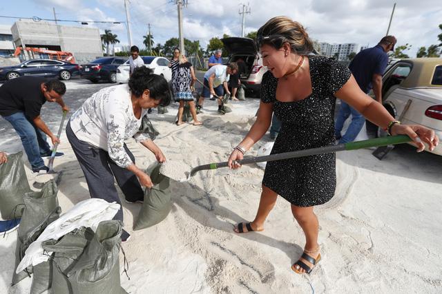 Người dân Florida, Mỹ dự trữ nhu yếu phẩm phòng bão Dorian - Ảnh 4.