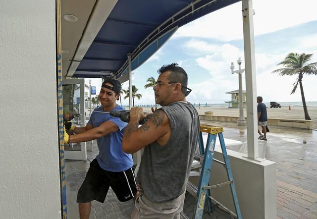 Người dân Florida, Mỹ dự trữ nhu yếu phẩm phòng bão Dorian - Ảnh 3.