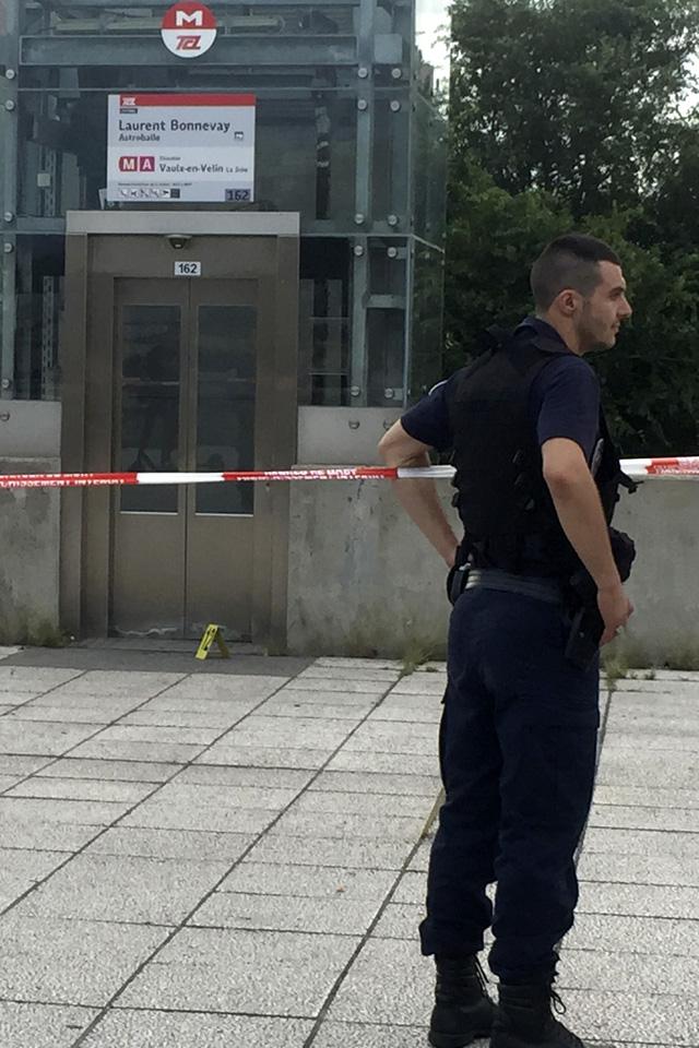 Pháp thắt chặt an ninh sau vụ tấn công bằng dao tại Lyon - Ảnh 1.