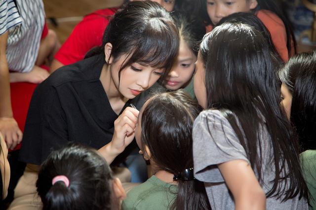 Á hậu Thúy An và lễ Trung thu ý nghĩa trước khi lên đường thi Miss Intercontinental - Ảnh 3.