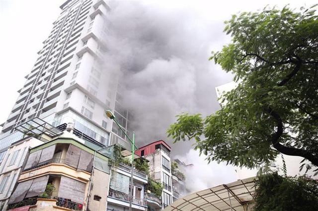 Cháy lớn ở phố Núi Trúc, Hà Nội - Ảnh 2.