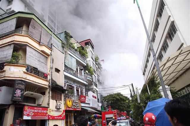 Cháy lớn ở phố Núi Trúc, Hà Nội - Ảnh 1.