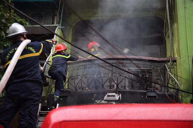 Cháy lớn ở phố Núi Trúc, Hà Nội - Ảnh 5.