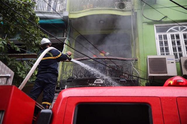 Cháy lớn ở phố Núi Trúc, Hà Nội - Ảnh 4.