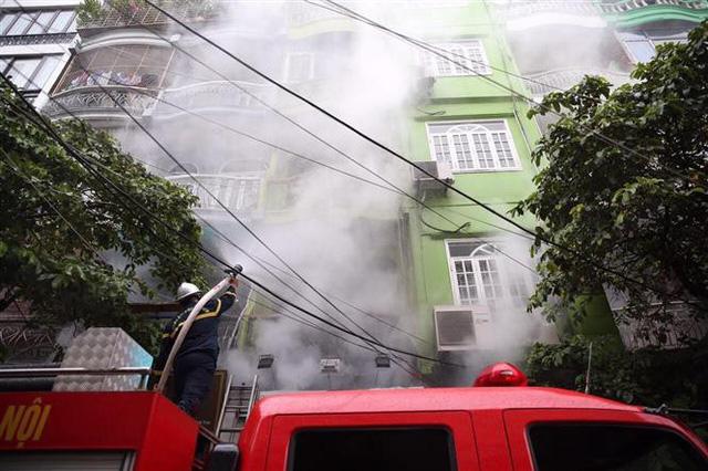 Cháy lớn ở phố Núi Trúc, Hà Nội - Ảnh 3.