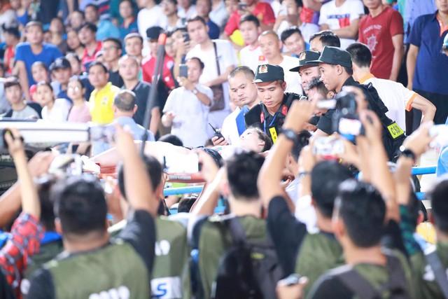 VIDEO độc quyền: Tốc độ kinh hoàng của quả pháo sáng gây thương tích cho CĐV Hà Nội trong trận gặp DNH Nam Định - Ảnh 2.