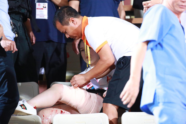 VIDEO độc quyền: Tốc độ kinh hoàng của quả pháo sáng gây thương tích cho CĐV Hà Nội trong trận gặp DNH Nam Định - Ảnh 1.