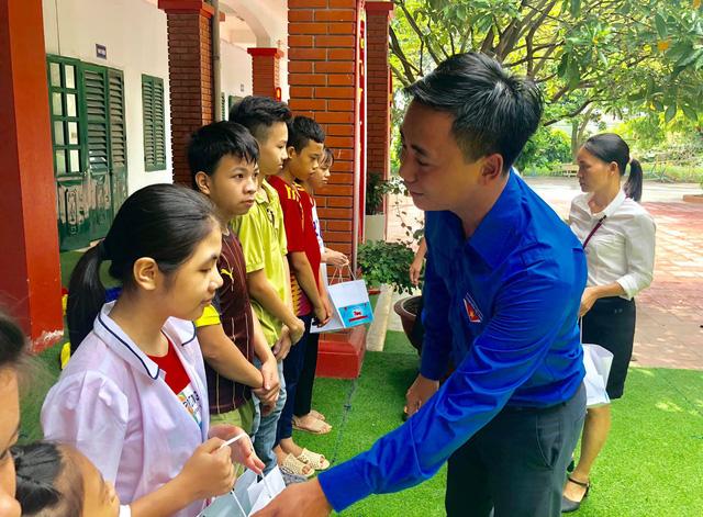 Thành đoàn Hà Nội mang Trung thu đến với những em nhỏ thiếu may mắn - Ảnh 3.