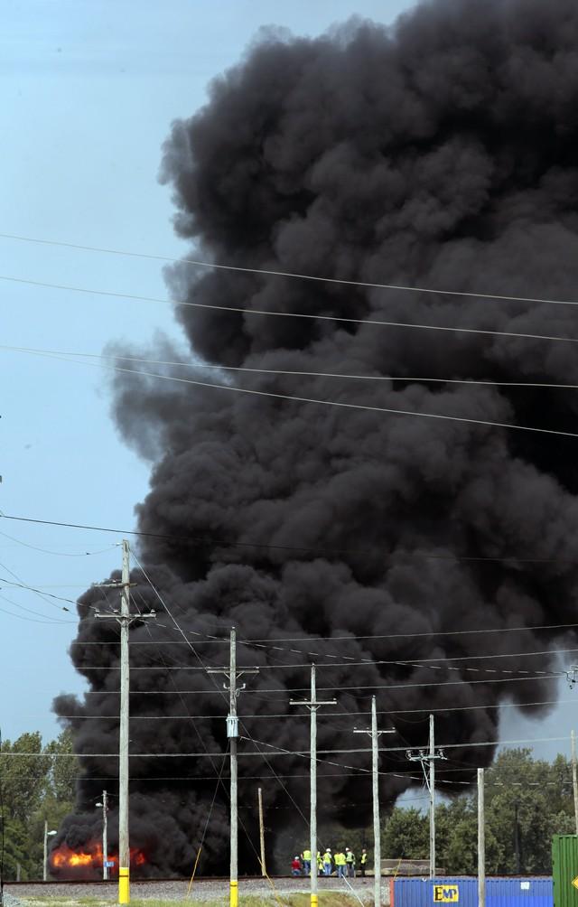 Tàu chở hàng trật bánh, bốc cháy ở Mỹ - Ảnh 1.