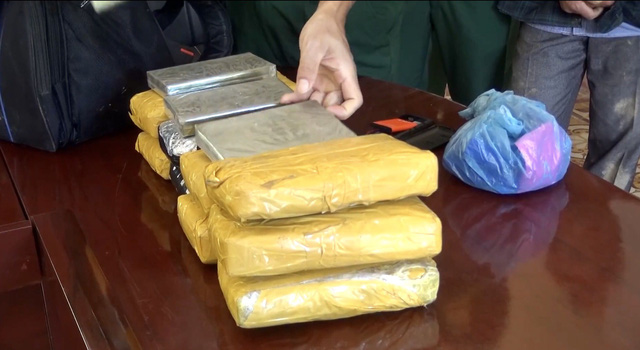 Bắt quả tang đối tượng vận chuyển 7 bánh heroin và 56.000 viên ma túy tổng hợp - Ảnh 2.