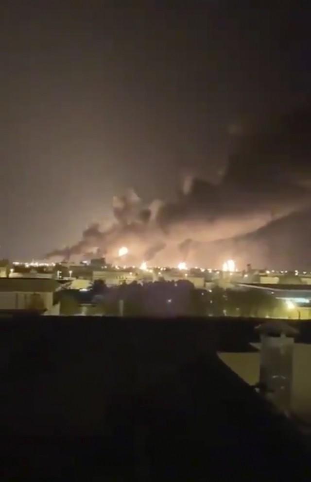 Nhóm vũ trang Houthi thừa nhận tấn công tập đoàn dầu của Saudi Arabia - Ảnh 1.
