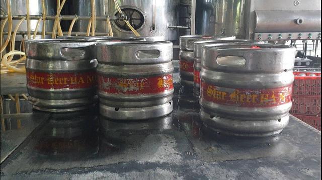 """Hà Nội: Phát hiện hàng chục két bia """"nhái"""" các thương hiệu nổi tiếng - Ảnh 1."""