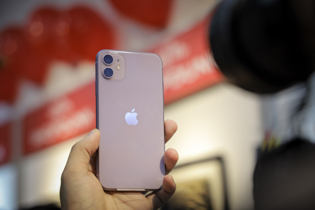 iPhone 11 giảm giá mạnh chỉ sau 1 ngày bán tại Việt Nam - Ảnh 1.