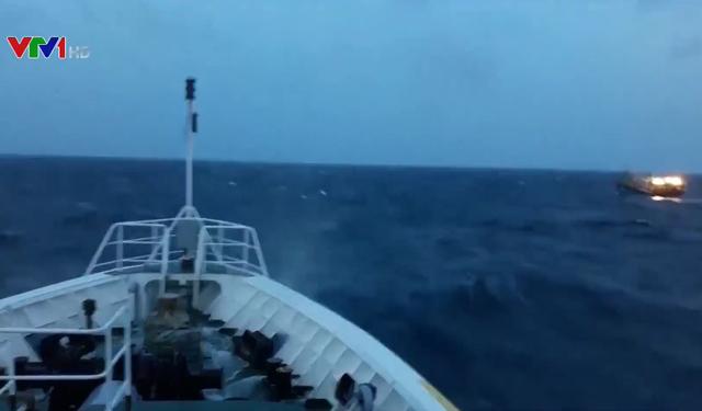 Cứu nạn tàu cá bị hỏng máy ở vùng biển Trường Sa - Ảnh 1.