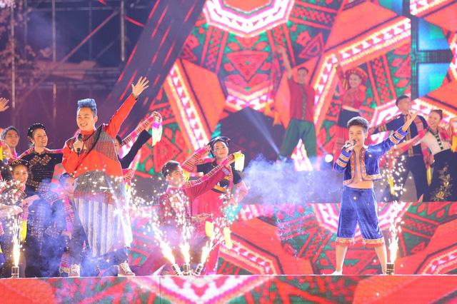 Tùng Dương khiến khán giả đắm chìm với bản mashup cùng ca sĩ nhí - Ảnh 1.