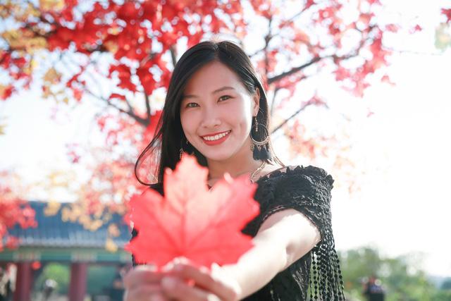 Ngắm hàng cây phong lá đỏ lãng mạn như trong phim Hàn tại Hà Nội - Ảnh 9.