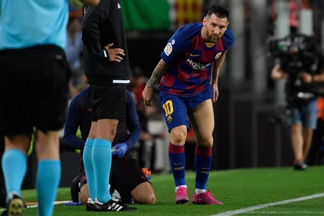 Barcelona cấp tốc xác định tình trạng chấn thương của Messi - Ảnh 1.