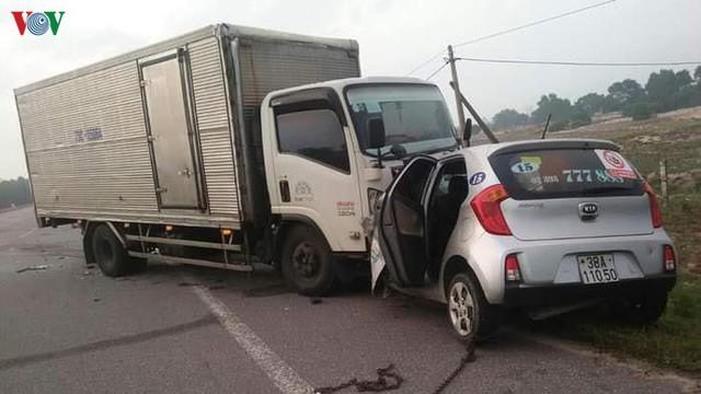 Xe tải tông taxi, 2 người tử vong tại chỗ - Ảnh 1.