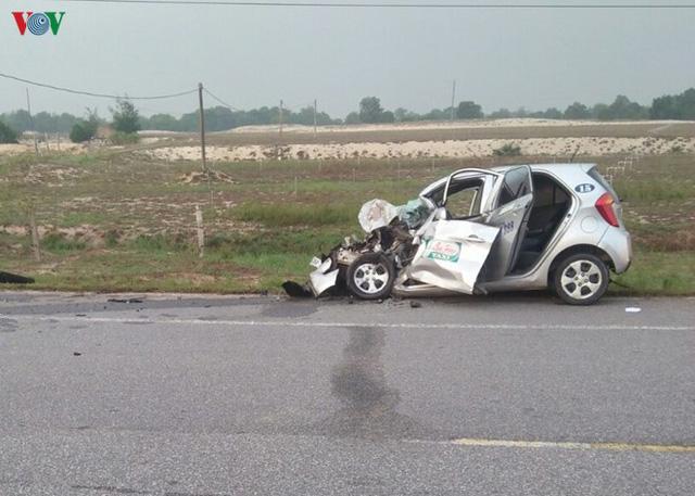 Xe tải tông taxi, 2 người tử vong tại chỗ - Ảnh 2.