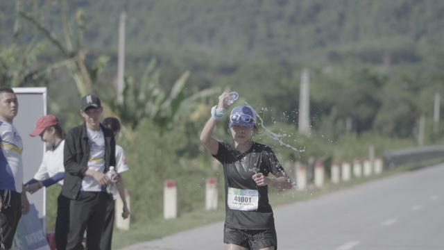 Revive Marathon xuyên Việt - Tập 3: Diễn viên Hữu Vi bứt phá về đích ở cự li 21km - Ảnh 5.
