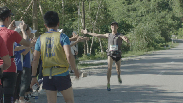 Revive Marathon xuyên Việt - Tập 3: Diễn viên Hữu Vi bứt phá về đích ở cự li 21km - Ảnh 4.