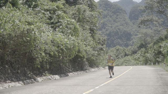 Revive Marathon xuyên Việt - Tập 3: Diễn viên Hữu Vi bứt phá về đích ở cự li 21km - Ảnh 1.