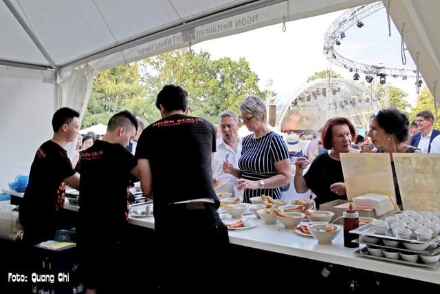 15.000 thực khách thưởng thức ẩm thực Việt tại phủ Tổng thống Đức - Ảnh 1.