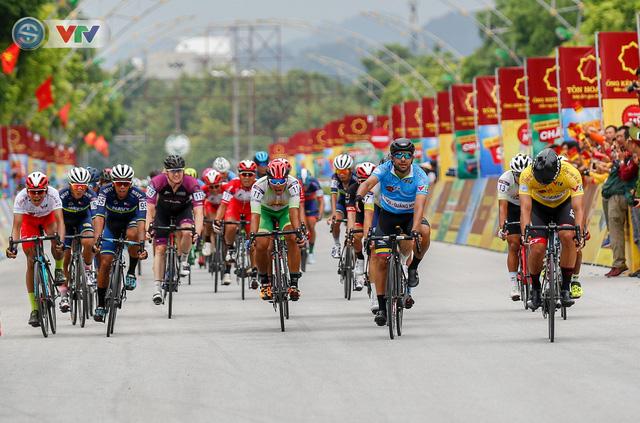 ẢNH: Những khoảnh khắc ấn tượng chặng 3 Giải xe đạp quốc tế VTV Cúp Tôn Hoa Sen 2019 - Ảnh 11.