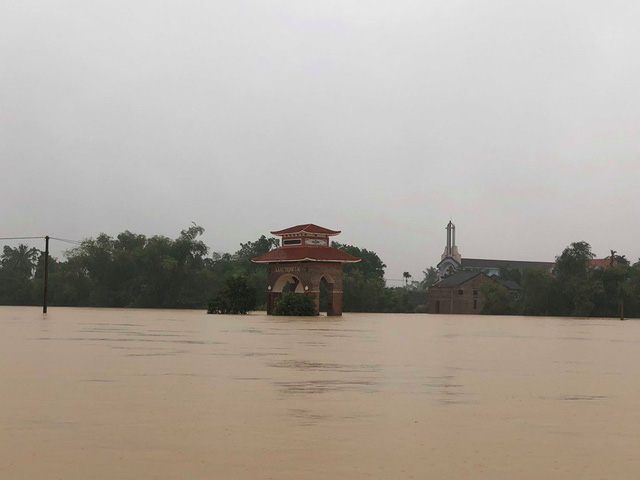 Hà Tĩnh: Nước ngập cao hơn mức báo động 3 gần 1m - Ảnh 1.
