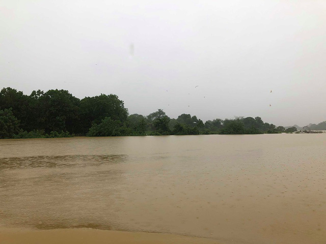 Hà Tĩnh: Nước ngập cao hơn mức báo động 3 gần 1m - Ảnh 2.