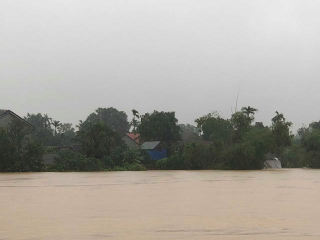 Hà Tĩnh: Nước ngập cao hơn mức báo động 3 gần 1m - Ảnh 3.