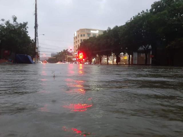 Hình ảnh ngập lụt kinh hoàng ở rốn lũ miền Trung - Ảnh 4.