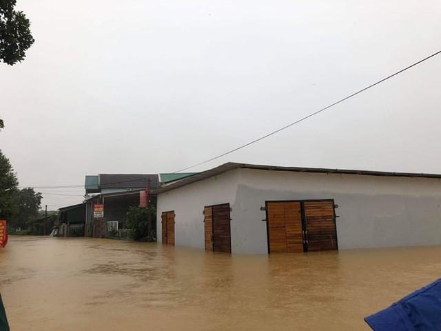Hà Tĩnh: Nước ngập cao hơn mức báo động 3 gần 1m - Ảnh 7.