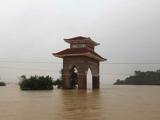 Hà Tĩnh: Nước ngập cao hơn mức báo động 3 gần 1m - Ảnh 8.