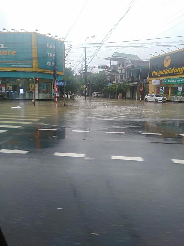 Hình ảnh ngập lụt kinh hoàng ở rốn lũ miền Trung - Ảnh 5.