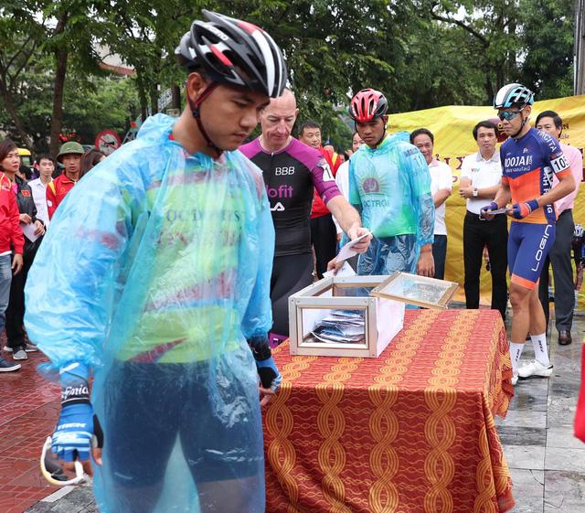 Hành động ấm tình người trước thềm chặng 5 Giải xe đạp quốc tế VTV Cúp 2019 - Ảnh 2.
