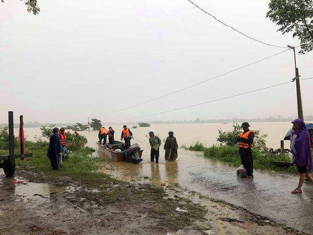 Hà Tĩnh: Nước ngập cao hơn mức báo động 3 gần 1m - Ảnh 11.