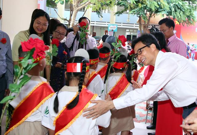 PTTg Vũ Đức Đam đến sớm, trò chuyện với học sinh trước giờ khai giảng tại TP.HCM - Ảnh 2.