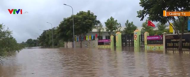 Nhiều trường hoãn khai giảng do mưa lũ - Ảnh 1.