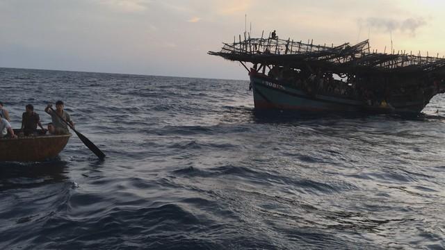 Cứu tàu cá với 41 ngư dân gặp nạn ở Trường Sa - Ảnh 1.