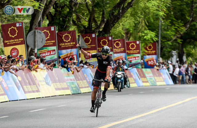 ẢNH: Những khoảnh khắc ấn tượng chặng 6 Giải xe đạp quốc tế VTV Cúp Tôn Hoa Sen 2019 - Ảnh 11.