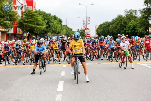 ẢNH: Những khoảnh khắc ấn tượng chặng 6 Giải xe đạp quốc tế VTV Cúp Tôn Hoa Sen 2019 - Ảnh 1.