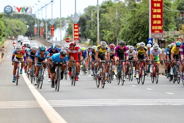 ẢNH: Những khoảnh khắc ấn tượng chặng 6 Giải xe đạp quốc tế VTV Cúp Tôn Hoa Sen 2019 - Ảnh 3.