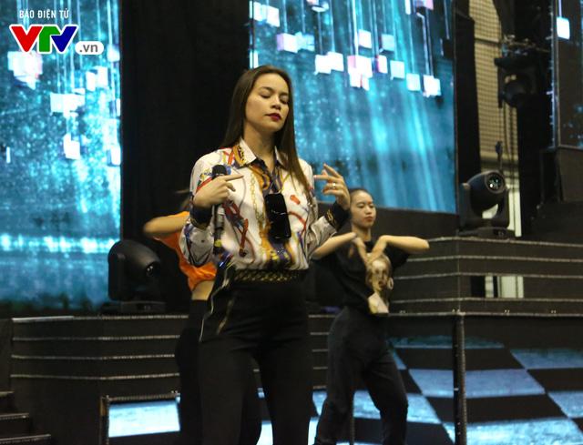 Hồ Ngọc Hà lần đầu xuất hiện trên sân khấu VTV Awards - Ảnh 3.