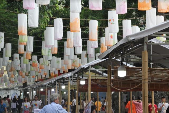 Phố Phùng Hưng rực rỡ với hàng trăm đèn lồng đón Trung thu - Ảnh 2.