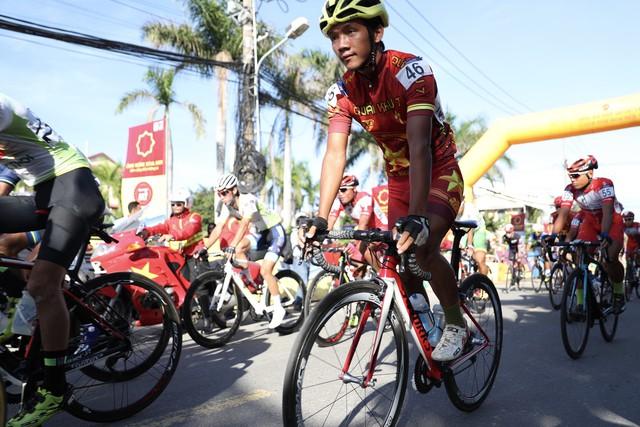 ẢNH: Những khoảnh khắc ấn tượng chặng 8 Giải xe đạp quốc tế VTV Cúp Tôn Hoa Sen 2019 - Ảnh 2.
