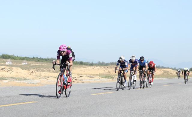 ẢNH: Những khoảnh khắc ấn tượng chặng 8 Giải xe đạp quốc tế VTV Cúp Tôn Hoa Sen 2019 - Ảnh 5.