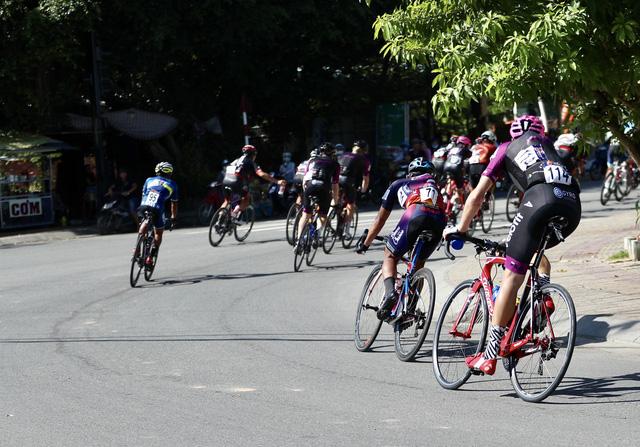 ẢNH: Những khoảnh khắc ấn tượng chặng 8 Giải xe đạp quốc tế VTV Cúp Tôn Hoa Sen 2019 - Ảnh 11.