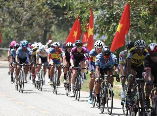 ẢNH: Những khoảnh khắc ấn tượng chặng 8 Giải xe đạp quốc tế VTV Cúp Tôn Hoa Sen 2019 - Ảnh 13.